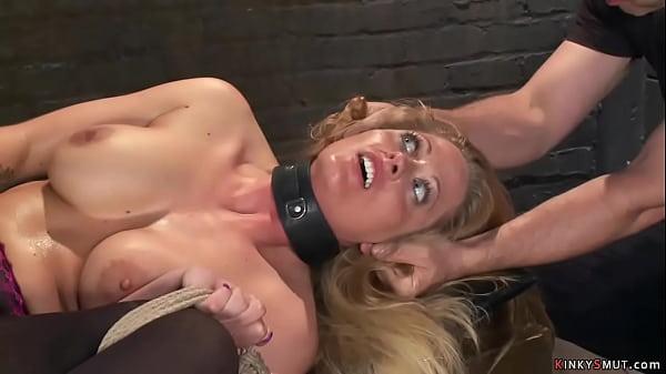 Szexi nagy cicis szőke csaj elég kemény szexben részesül