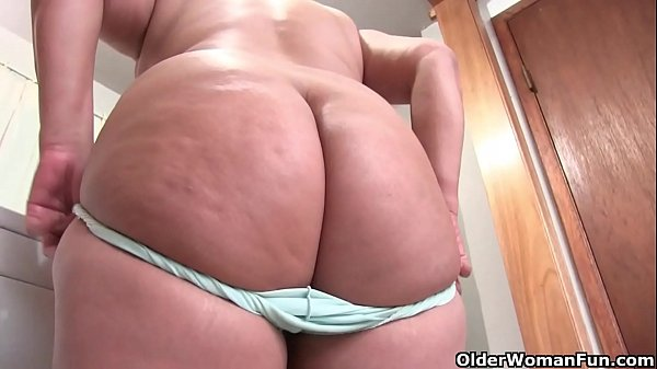 USA BBW Lisa takes off her bra and panties while she cleans the kitchen