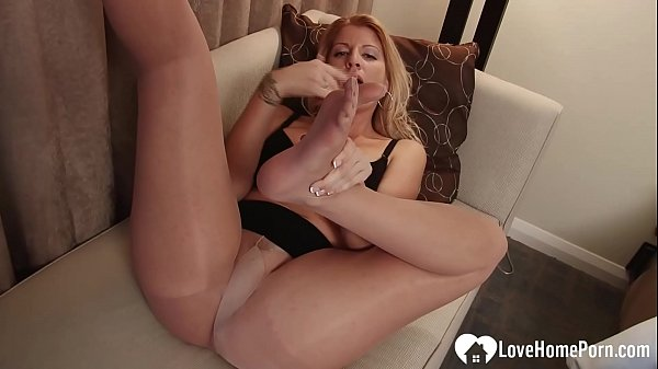 Busty stepmom teases him with her feet Thumb