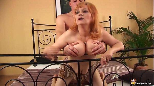 Szexi nagy cicis vörös hajú anyuka nagy farkú pasival szexel