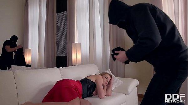 Pornstar Victoria Daniels lets 3 robbers in her...
