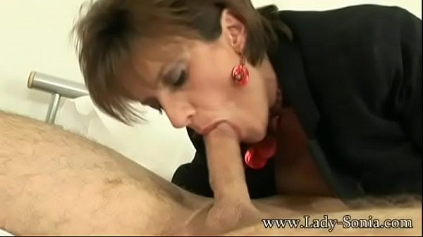Lady Sonia meets a guy at hotel and sucks the c...