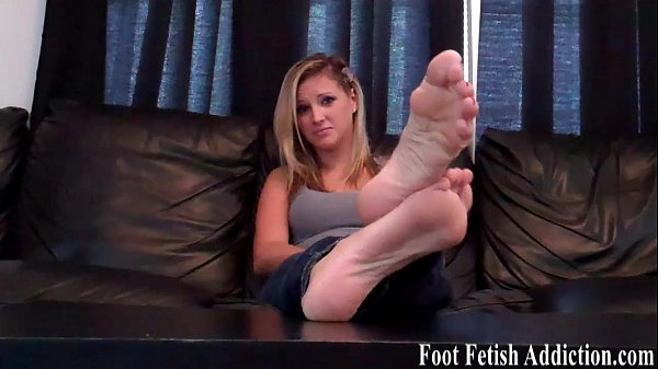 Jerk off while sucking on my white toes