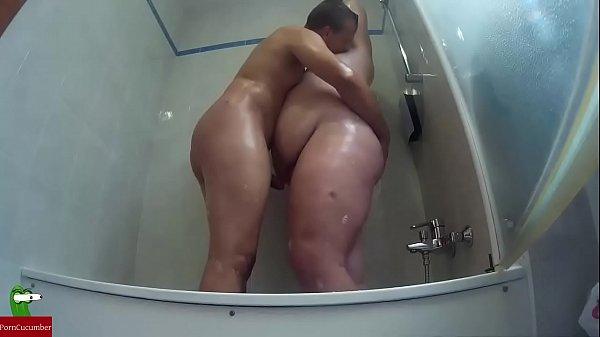 Estan en la ducha y estan tan calientes que empañan todo el wc GUI012