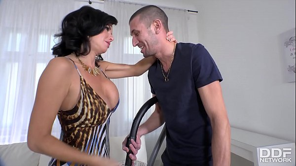 Squirting Milf Veronica Avluv gets her shaved p...