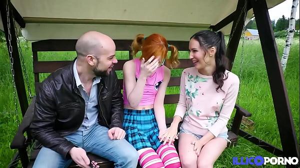 Lily Moon et sa copine Kira, profitent d'une grosse bite française
