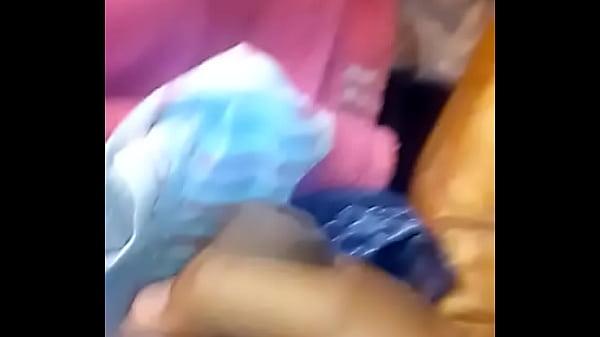 nueva cuñada esplorando su maleta