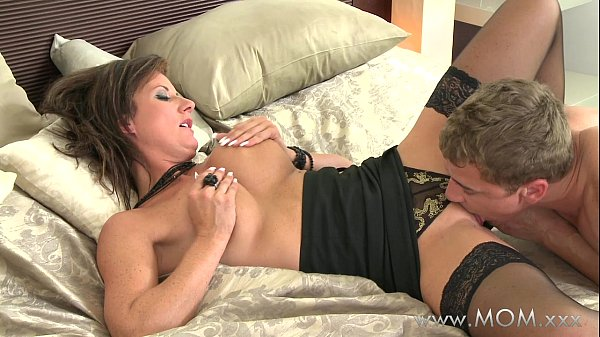 MOM Eating that juicy MILF pussy