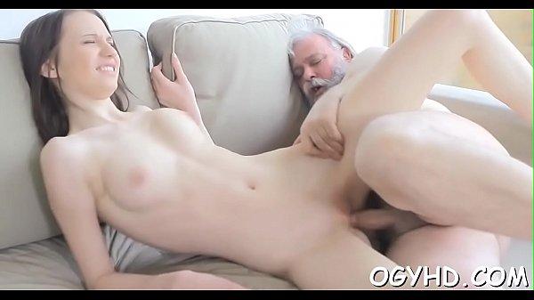 Szexi kis cicis tini lány nagy farkú nagy apjával szexel