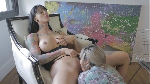 Blonde does delicious caresses in the pussy of ...