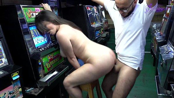 Casino con latinas calientes #1 (soldier huge cock y Kourney Love )