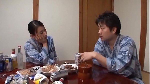 japan xxx นั่งกินข้าวไม่พอ ยังจับแม่เย็ดอีก