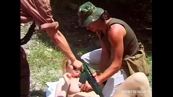 Coppia di militari si approfittano di una giovane ragazza in riva al fiume
