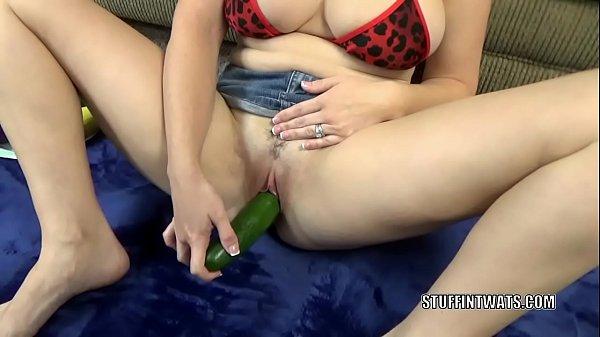 Brunette MILF Melanie Hicks masturbates with her veggies