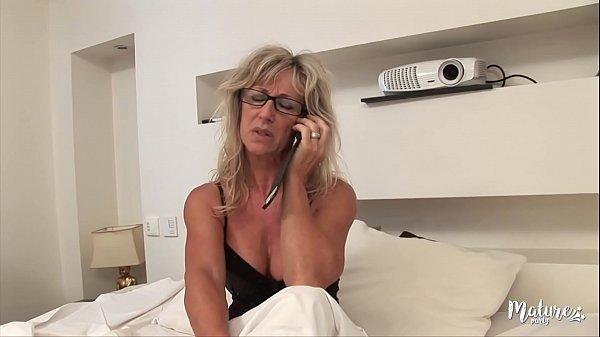Marina mature sexy, se tape son jeune voisin