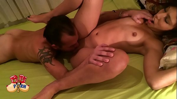 Alvaro sorprende a Susi ,presentandose en casa con un camara para grabar porno p Thumb