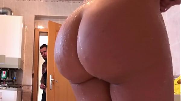 Voyeur Handyman Caught Spying on Latina's Huge Ass while Showering