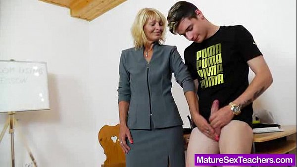Mommy teacher playing plus a cock Thumb