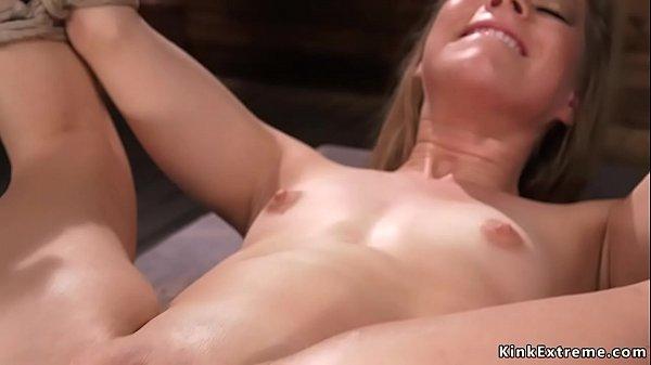 Micuta Blonda fute o masinarie in bondage