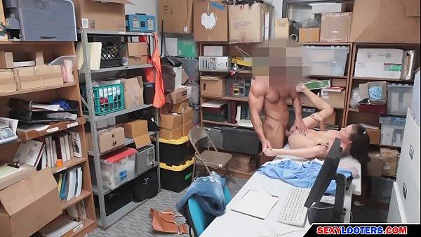 Novinha foi flagrada roubando teve que meter com o segurança da loja