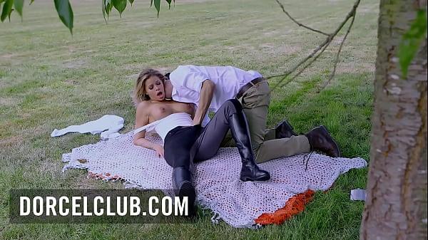 Jessa Rhodes, extreme pleasures - Outdoor scene