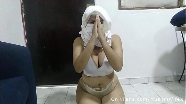 Real Arabic Step Mommy Hijab Masturbates Asshol...