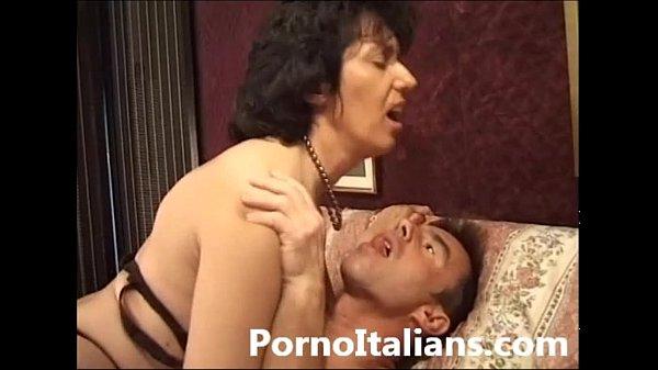 Szexi szőrös puncis fekete harisnyás olasz anyuka nagy szőrös farkú fiával szexel
