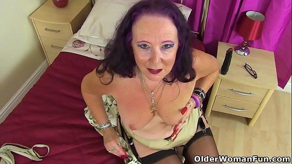 British gilf Zadi fucks her old fanny with a bl...