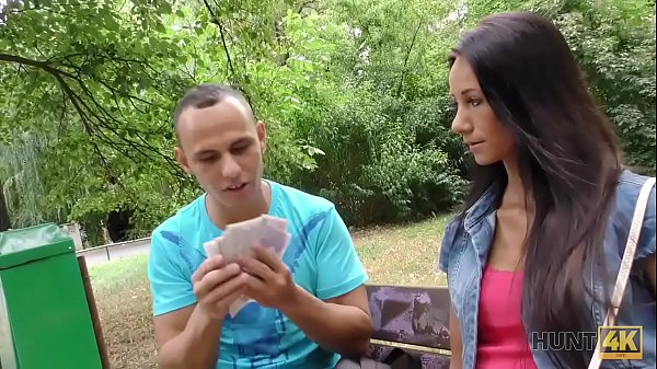 HUNT4K. Cuckold observa como su novia Liliane folla por dinero en el parque