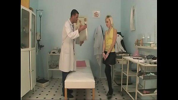 Sie hat so Bock auf ältere Männer und fickt ihren Arzt -