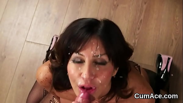 Randy looker gets cumshot on her face sucking all the ejaculate