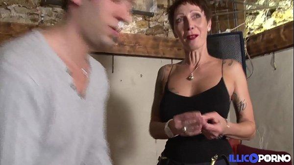 Jolie cougar cherche un bijou et trouve une bel...
