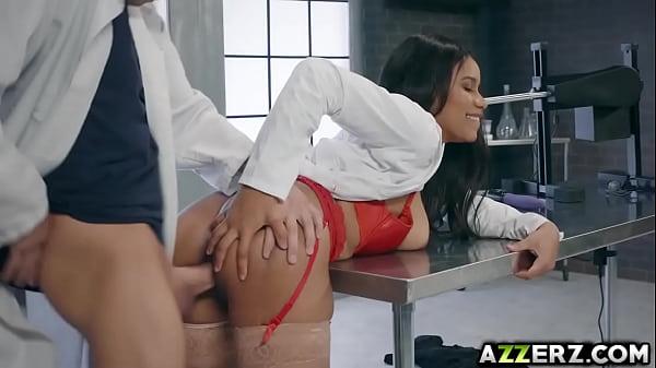 Jenna Foxx testeaza o masinarie de sex apoi se fute