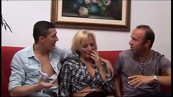 Szexi szőke tetovált anya nagy farkú fiával és férjével szexel