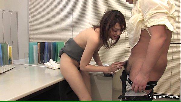 Japanese babe blows at work