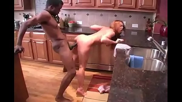 Negão soca vara na esposa gostosa enquanto corno filma