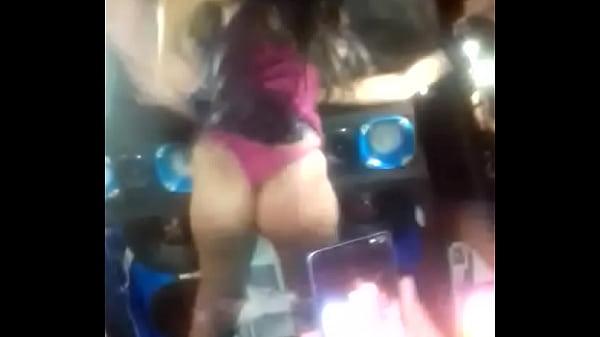 Novinha dançando no aeroporto Thumb