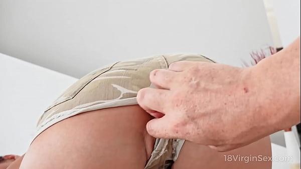 18 Virgin Sex - Curious cameraman gives cutie a...