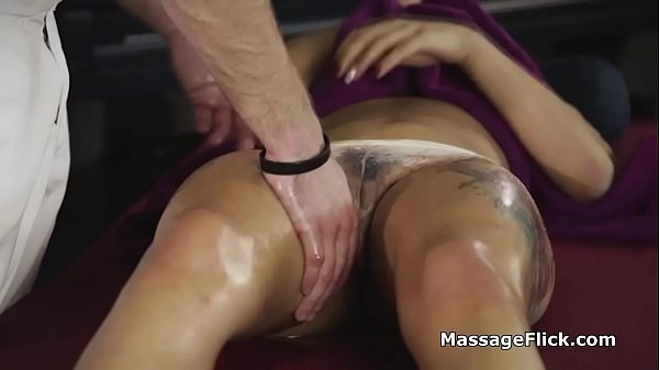 Masseur sucked by spicy oily Latina client Thumb