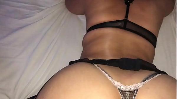 Casada gostosa de lingerie brincando com a buceta. Ela quer comentários.