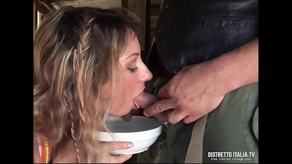 Alla troia piace il latte di vacca ma è meglio mungere il cazzo dello stalliere