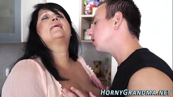 Szexi fekete hajú duci nagyi nagy szőrös farkú unokájával szexel