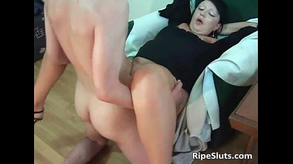 Horny mature hooker gets wet pussy Thumb