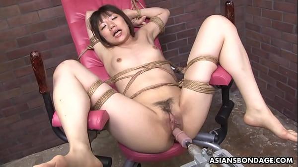 Der zerbrechliche Japaner Shiori Natsumi wird von einer Fickmaschine gequält
