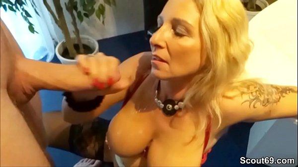 Blond Stiefmutter Hilft Sohn