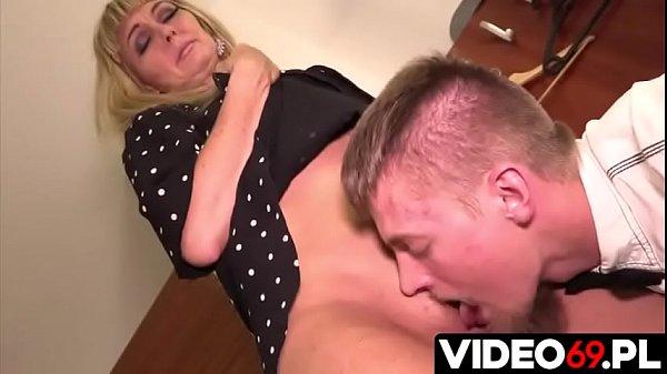 Polskie porno - Chłopak z room serwisu dla mamuśki