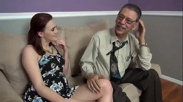 Elle laisse son grand-père lui défoncer la chatte