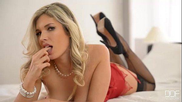 Eva Parcker goes deep down in her pussy
