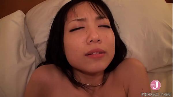 パンスト姿のスレンダーな女性が大量ザーメンを発射してファックする前に大人のおもちゃでオーガズムを得る