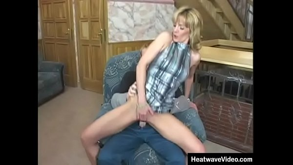A young guy is fucking a mature woman Thumb